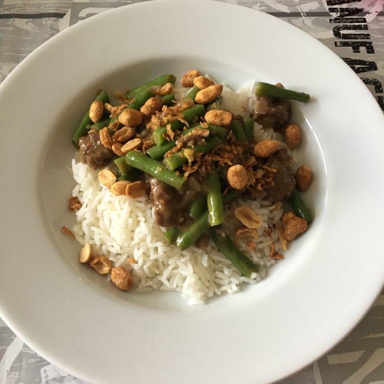 Recept: Sperzieboontjes in satésaus met gehakt en rijst