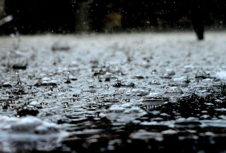 Fietsen door de regen, of toch maar met de auto?