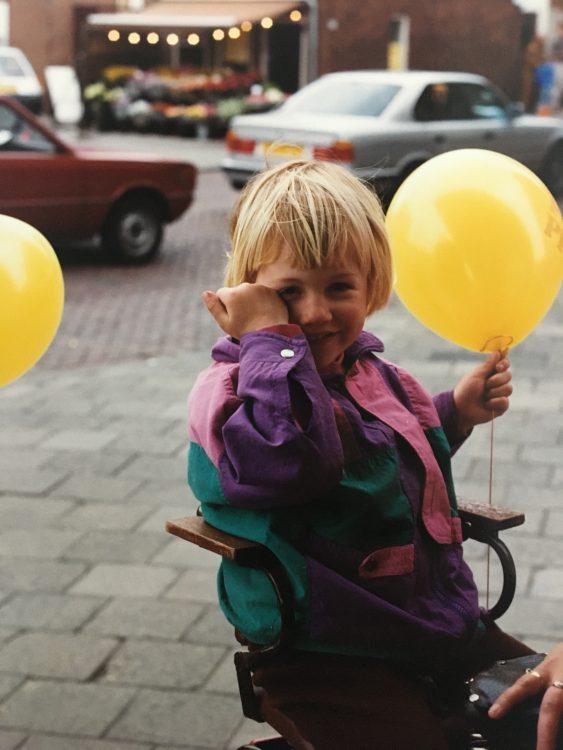 Kleine Kirsten huilend achterop de fiets, jeugdherinneringen