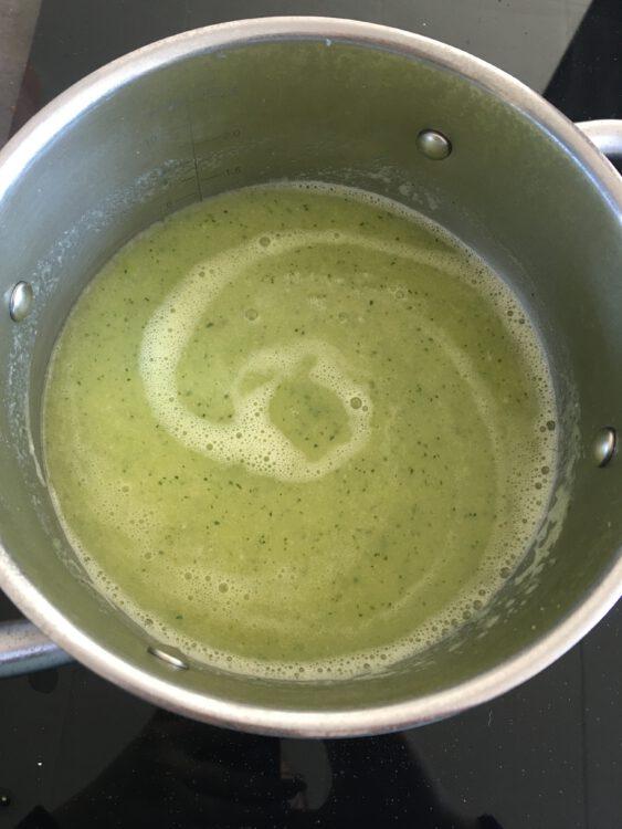 Recept: Bloemkool-courgette soep voor luie keukenprinsessen