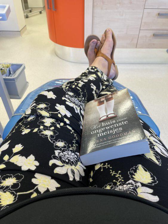 Een boek mee voor tijdens het bloed doneren.