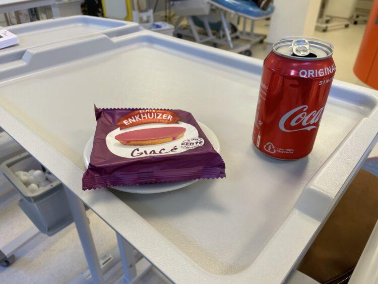 Roze koek en cola na het bloed doneren