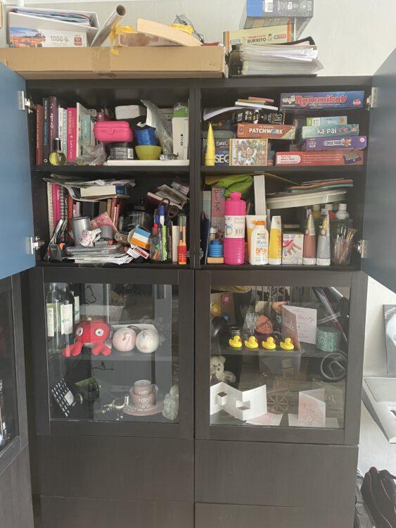 De woonkamerkast zonder op te ruimen.