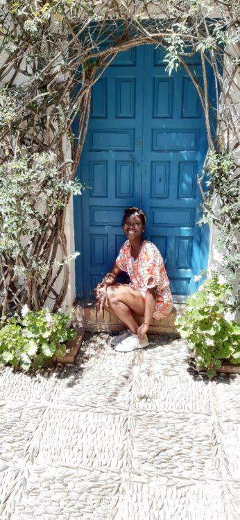 Naomi voor een authentieke blauw deur.